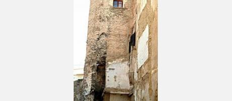 Img 1: Torre adosada al lienzo de la muralla árabe entre las calles Ángel Beneito y Coll