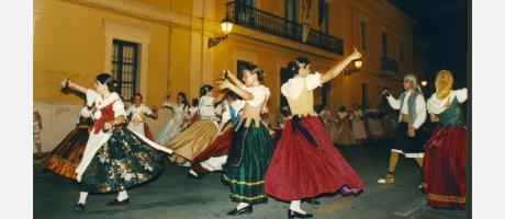 Mujeres y hombres, ataviados con los trajes de labradores, interpretando el Ball de les Coveteres