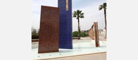 Monumento decorado en azulejos azul cobalto y reflejo metálico.