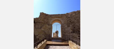 21c._Puerta_entrada_castillo.JPG