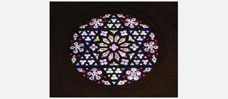 Aparece una de las vidrieras de la Catedral.