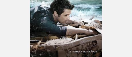 Imágen de Alejandro Sanz sobre unas rocas al lado del mar, pertenece a su nuevo álbum
