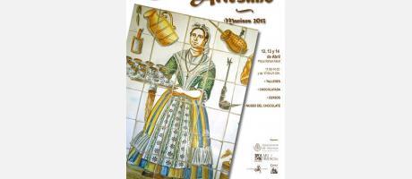 Sobre fondo blanco se ve a una mujer, ataviada con ropajes del s.XVIII, sirviendo chocolate en mancerinas