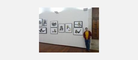 El artista Diego Mestre con su obra