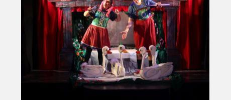 Los actores situados entre los cisnes blancos