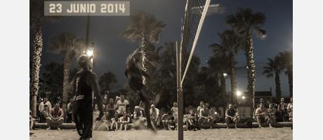 Jugadores de voley playa jugando por la noche