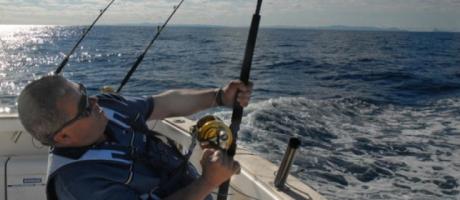 Pescador en su embarcación, pescando durante la competición