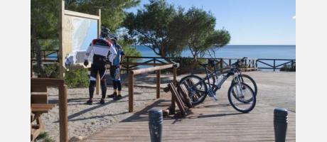 ciclistas consultando