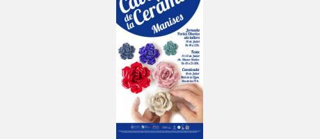 Sobre fondo azul y blanco unas manos realizando flores de porcelana.