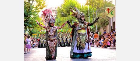 Vestidos con atuendos de época para celebrar Moros y Cristianos