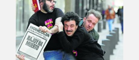 Foto cómica en plena calle de tres de los protagonistas