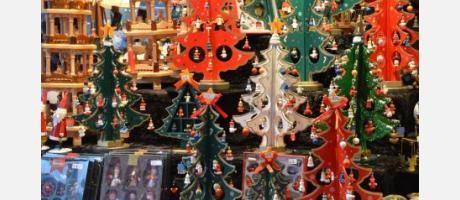 Puesto de mercadillo con arbolitos de navidad de madera