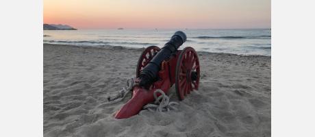 Cañón en la playa