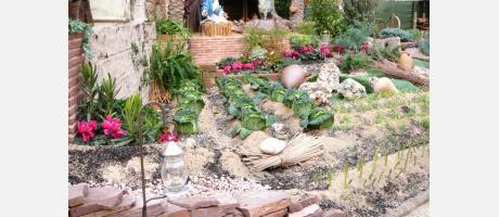 Belén Monumental en cartón piedra de tamaño natural con plantas y animales vivos