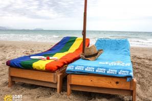 Dos toallas en Benidorm, una de la Costa Blanca y la otra LGTBI