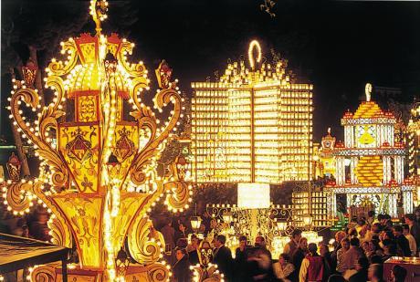 Castellón ist für die große Woche, dank der Fiestas de la Magdalena, hell erleuchtet