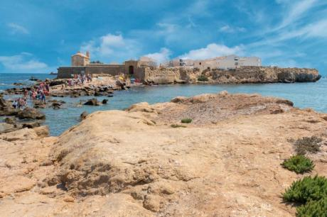 Vuelta a nado Tabarca: Swim around Tabarca island and enjoy this treasure